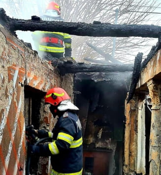 FOTO/VIDEO Doua persoane ranite grav, dupa ce o gospodarie din Olt a luat foc. Victimele au arsuri pe 60 la suta din suprafata corpului