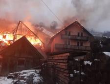 FOTO VIDEO Incendiu puternic la Moeciu de Sus. Ard mai multe pensiuni