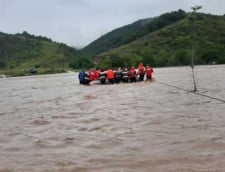 FOTO+VIDEO Inundatii puternice in Caras-Severin. Mai multi oameni, salvati din calea apelor cu elicopterul