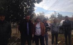 """FOTO VIDEO Rascoala intr-o comuna din Dolj. Fermierii, suparati ca au pierdut banii pentru culturile calamitate: """"Si-au batut joc de noi"""""""