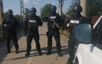 FOTO Zeci de politisti inarmati au luat cu asalt comuna Boranesti. 270 de persoane au fost legitimate si alte 74 amprentate