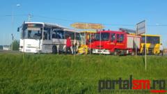 FOTOGALERIE. Plan rosu de interventie la Satu Mare! Impact violent intre doua autobuze. Victime multiple