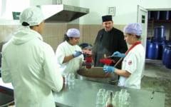 Fabrica de dulceturi si muraturi, sursa de finantare pentru asezamintele sociale administrate de un preot din Buzau