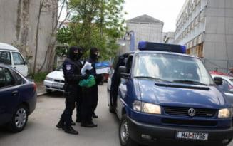 """Falsi """"agenti speciali"""" de Politie, arestati. Cum actionau escrocii pentru a face rost de bani VIDEO"""