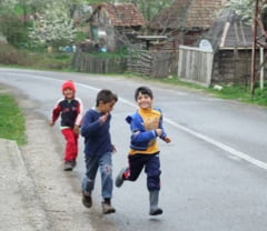 Familiile nevoiase, fara ajutoare sociale daca nu isi trimit copiii la scoala - proiect de lege