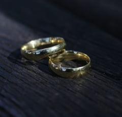 Fata de 17 ani rapita din casa dupa ce parintii nu au fost de acord sa o marite potrivit traditiei rromilor: Doi barbati, retinuti