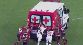 Faza zilei in fotbal. Mai multi fotbalisti au impins o ambulanta care a ramas blocata pe un teren in Brazilia (Video)