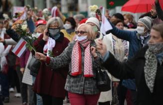 Femei si studenti care manifestau pasnic in Minsk impotriva guvernului, arestati de politie