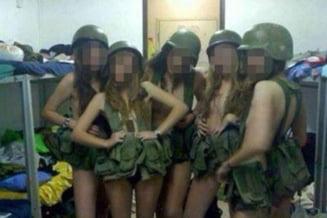 Femei-soldat in imagini erotice cu mitraliere (Galerie foto)