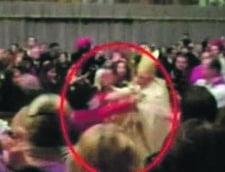 Femeia care l-a atacat pe Papa are fan club pe Facebook