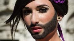 Femeia cu barba, ipostaze provocatoare - poarta portjartier pentru Karl Lagerfeld (Galerie foto)