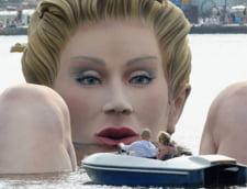 Femeia gigant face baie intr-un lac din Hamburg