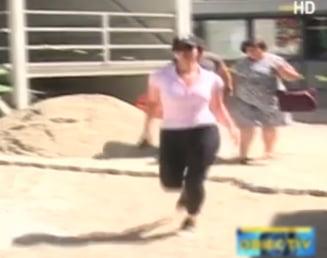 Femeia jandarm agresata la protest a fost externata. La iesirea din spital a alergat spre masina (Video)