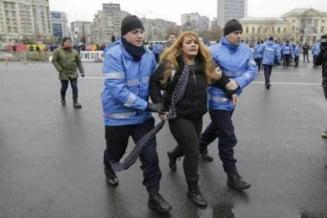Femeia luata pe sus de jandarmi in Piata Victoriei povesteste prin ce a trecut: M-au tras, m-au impins, m-au strans de gat cu esarfa