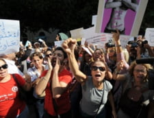 Femeie violata de politisti in Tunisia, acuzata apoi de indecenta
