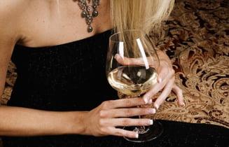 Femeile cu joburi de succes au probleme cu alcoolul