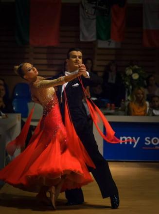 Fenomenala Eszter: campioană mondială la dans sportiv, masterandă la Harvard şi jucătoare de tenis. Traseul de film al tinerei pentru care a fost intonat imnul României în străinătate