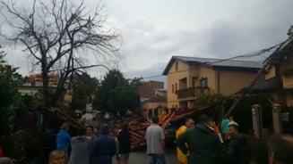 Fenomene meteo extreme in tara: Imagini incredibile la Constanta, copii luati de ape in Prahova si Tulcea, trafic blocat pe Transalpina (Video)