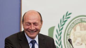 Fereste-te de Basescu! Iar face daruri (Opinii)