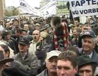 Fermierii ameninta cu blocarea drumurilor daca nu-i ajuta Basescu (Video)