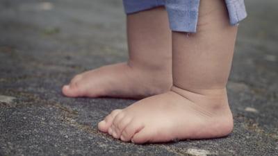 Fetiță de doi ani, moartă în condiții suspecte. Medicii au observat urme pe corp care ridică semne de întrebare