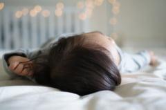 Fetita de trei ani lasata singura in casa opt zile de mama plecata in vizita la iubit. Copila a murit de sete si de foame
