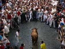 Fiesta spaniola - oameni alergati de tauri furiosi pe strazile din Pamplona (Galerie foto)
