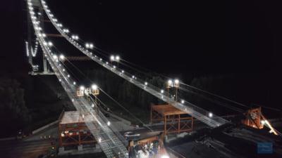 Filmare nocturnă a celui mai spectaculos proiect de infrastructură din România. Muncitorii lucrează sub instalația de iluminat montată la înălțime pe sute de metri VIDEO