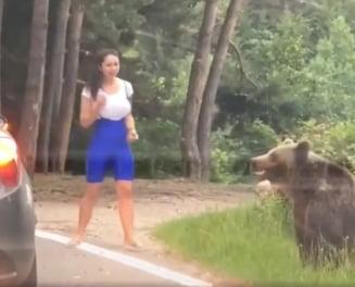 Filmarea zilei: O tanara se apropie periculos de mult de un urs pentru o face o fotografie cu acesta. Reactia animalului