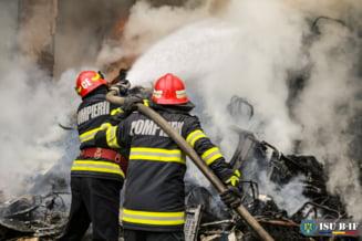 Flacari violente au mistuit o casa din Bucuresti. Un barbat a fost gasit mort in podul locuintei VIDEO