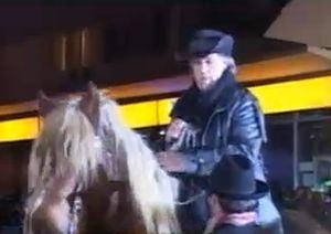 Florin Piersic a venit pe cal alb si imbracat ca Margelatu la cinematograful din Cluj (Video)
