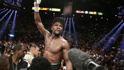 Floyd Mayweather revine in ring. Cand va boxa