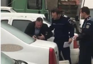 Fost ofiter DGA cercetat pentru santaj, filmat plangand in hohote in curtea IPJ Arad (Video)