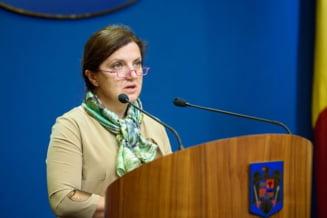 Fostii ministri Raluca Pruna si Dragos Tudorache si-au predat mandatele si pleaca din tara