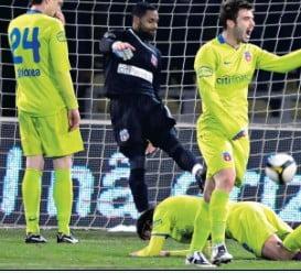 Fotbalistii Stelei s-au inchis in vestiar de frica suporterilor