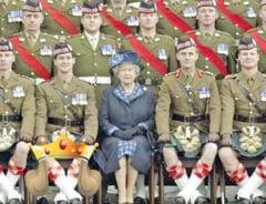 """Fotografia care face furori, dupa 11 ani: Poza de grup cu regina Marii Britanii si...""""bijuteria"""" unui soldat in kilt"""