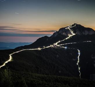 Fotografia fabuloasa facuta in masivul Ceahlau. Mii de oameni urca noaptea pe varful Toaca pentru a vedea piramida holografica