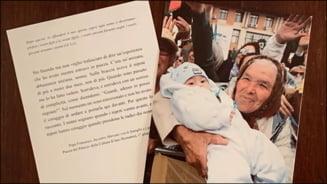 Fotografia in care o bunica din Romania isi tine nepotul in brate va fi daruita tuturor oaspetilor primiti in audienta de Papa Francisc