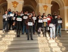 Fotografia zilei: Magistratii din Oradea protesteaza pe treptele Palatului de Justitie