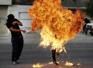 Fotografia zilei: Omul de foc, in mijlocul strazii