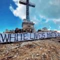 Fotografia zilei: Suporterii echipei Steaua s-au urcat pe Crucea Eroilor din Caraiman sa afiseze un mesaj rasist
