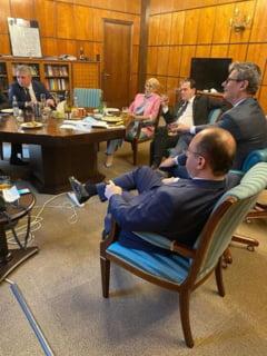 Fotografie controversata cu premierul si ministrii care incalca legile. UPDATE Reactia unui liberal: Era mai bine sa serveasca o felie de coliva, pe stilul PSD?