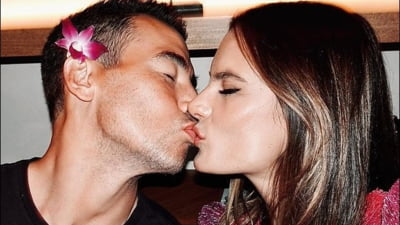 Fotomodelul Alessandra Ambrosio, intr-o imagine intima cu proaspatul iubit. Motivul pentru care s-au sarutat pe buze in vazul lumii FOTO