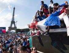 Francezii au adus Cupa Mondiala la Paris: Sute de mii de oameni pe Champs-Elysees