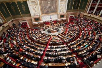 Franta isi schimba Constitutia dupa atentatele de la Paris: Teroristii raman fara cetatenie