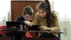 Fundatia Orange ofera 1.500 de tablete elevilor fara posibilitati financiare