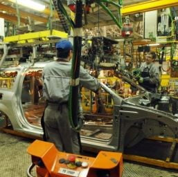 Furnizorii Dacia isi adapteaza programul la intreruperile uzinei