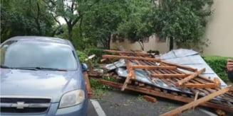 Furtună în Valea Jiului. Vijelia a doborât un acoperiş de pe un bloc de locuinţe şi a rupt un stâlp de electricitate. Tir răsturnat de vânt VIDEO
