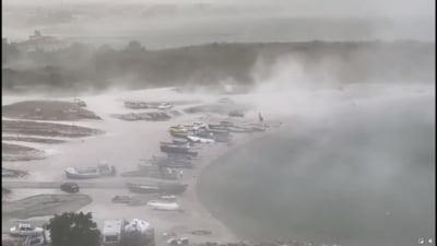 Furtună severă pe litoral cu rafale care au ajuns la 80 de kilometri pe oră. Turiștii au lăsat plajele goale VIDEO