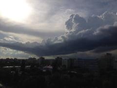 Furtuna in Bucuresti: Zeci de copaci rupti de vant si 21 de masini avariate